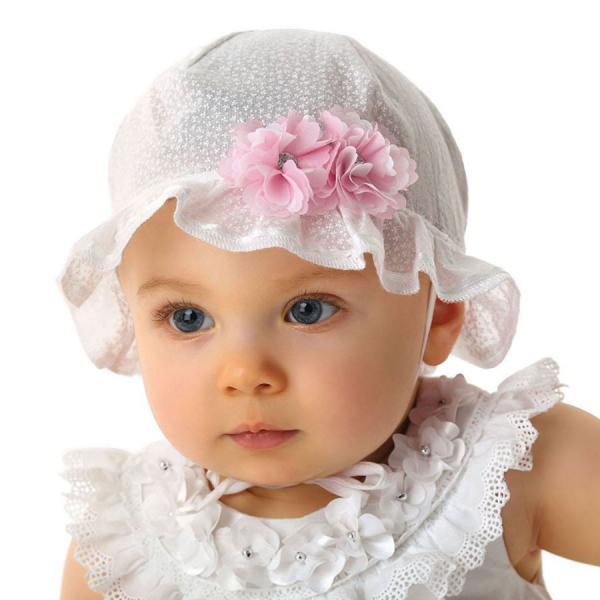 Biały kapelusz na lato modnisia
